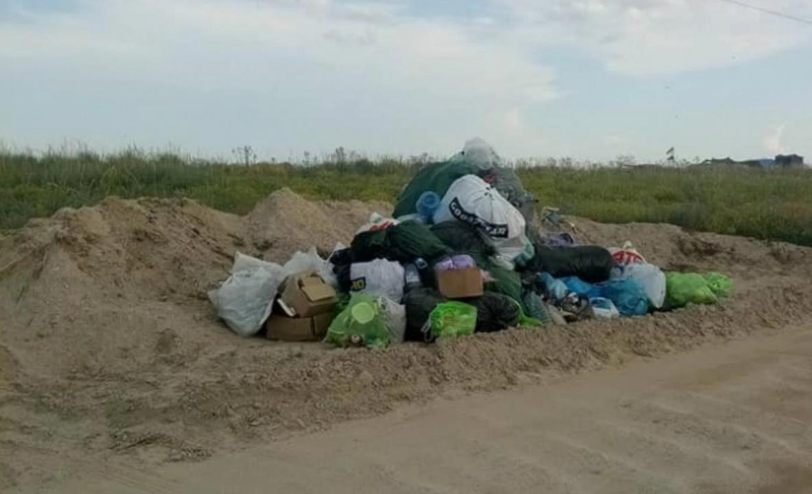 Туристы оставили кучи мусора вдоль дороги / фото ria-m.tv