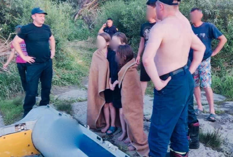 Девочек посреди реки увидели случайные прохожие / фото пресс-служба полиции Ивано-Франковской области