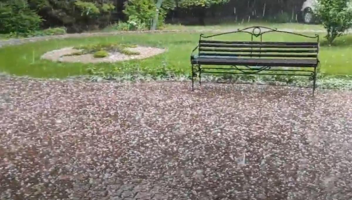 В Запорожье выпал град / скриншот с видео