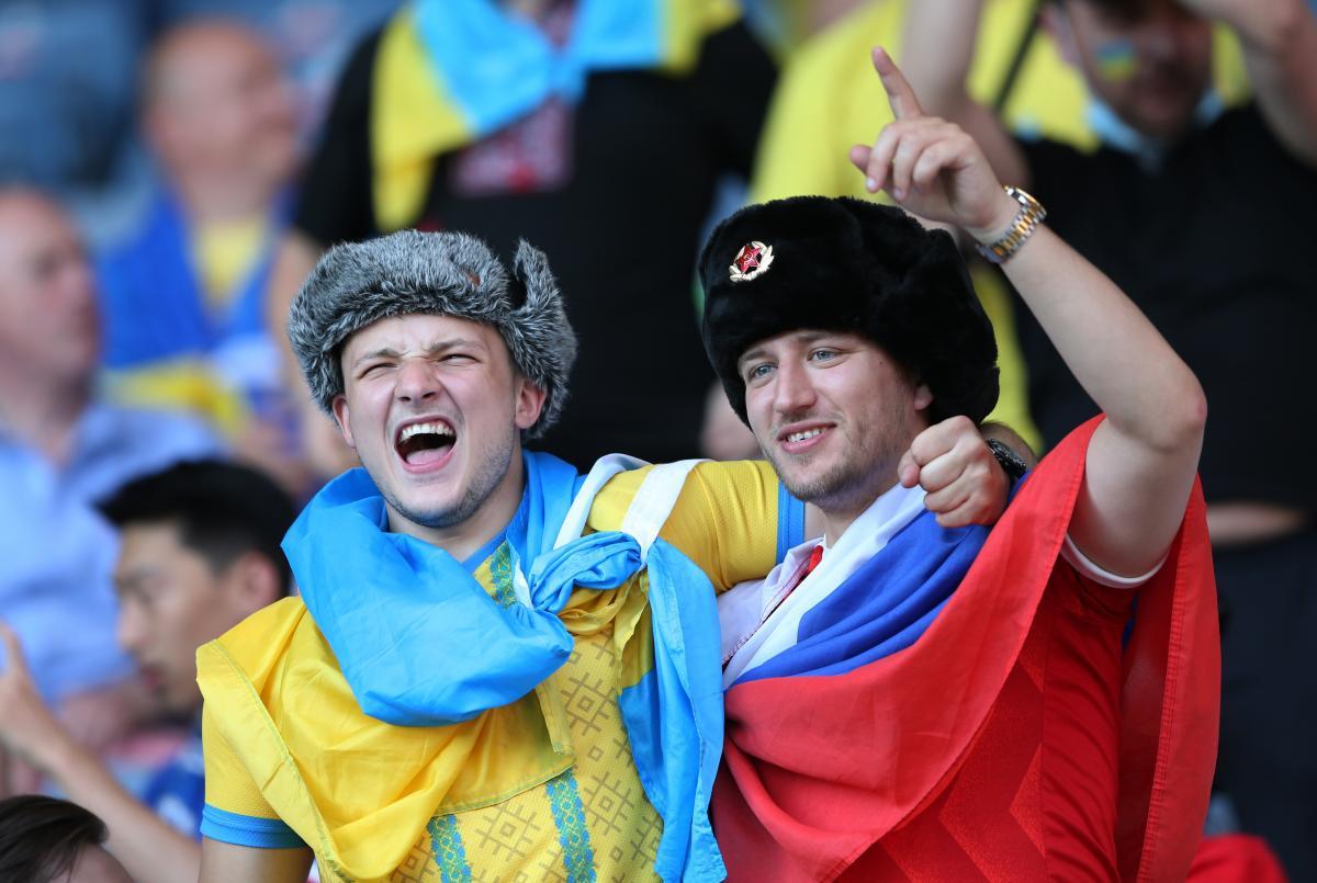 Чоловік влаштував провокацію, взявши з собою триколор та ушанку / sport.segodnya.ua