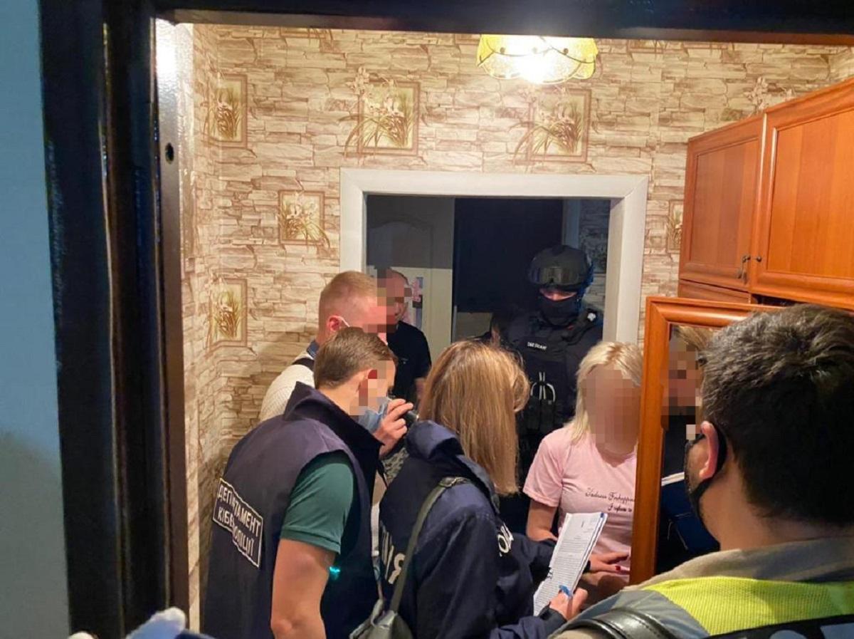 За один проданный порнографический материал со своими детьми женщины получали до 2 тыс. грн. / фото Офиса генпрокурора