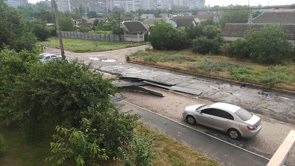 С одного из домов в Николаеве ветром сорвало крышу / фото Екатерина Стоколяс-Литвиненко