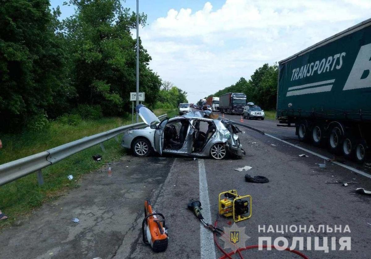 Разбитая машина на трассе