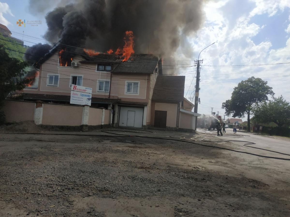 В Закарпатской области вспыхнул отель / фото пресс-служба ГСЧС Закарпатской области