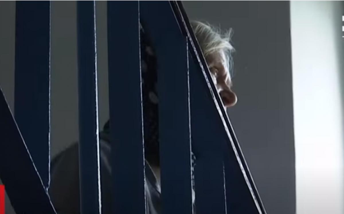 Сморід на весь під'їзд: на Волині пенсіонерка роками зносить у квартиру мотлох