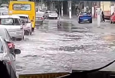 Сильнейший ливень за 15 минут затопил Одессу (видео)