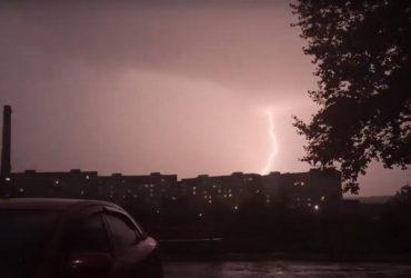 В Мариуполе ночью бушевала гроза, город поколотило градом (фото, видео)