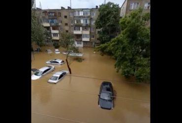 Оккупированную Керчь затопило: улицы превратились в реки, машины по окна в воде (видео)