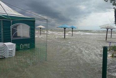 В Кирилловке и Бердянске затопило пляжи: вот что от них осталось (фото, видео)