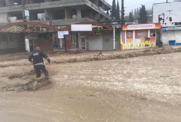 В Ялте после ливня потоки воды на улицах сносят людей, один человек погиб (видео)