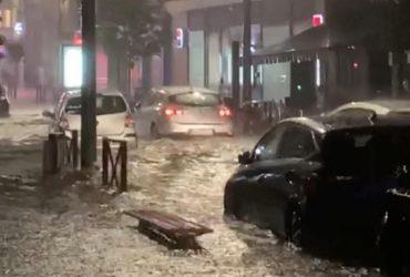 44 тысячи ударов молнии и град размером с теннисный мяч: на Францию обрушился шторм (видео)