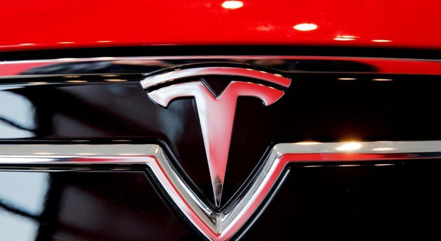 Tesla начала поставки самой быстрой и дорогой модели (фото, видео)