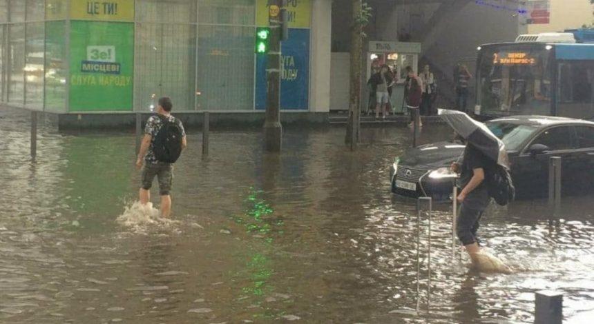 Улицы Днепра ушли под воду после мощного ливня (фото, видео)