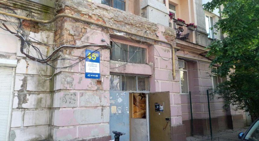 В Киеве обрушился пол в жилом доме, один человек провалился в подвал (фото)