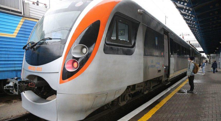 """""""Укрзализныця"""" назначила 21 дополнительный поезд на праздники"""