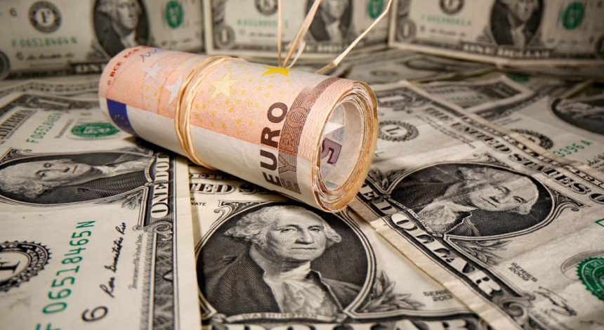Перед долгими выходными гривня ослабла к доллару, но укрепилась к евро