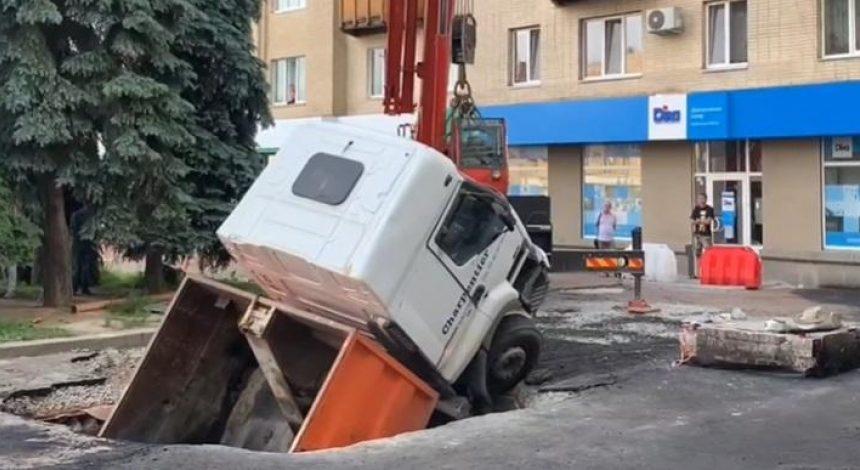 В центрі Житомира вантажівка провалилась під землю (відео)