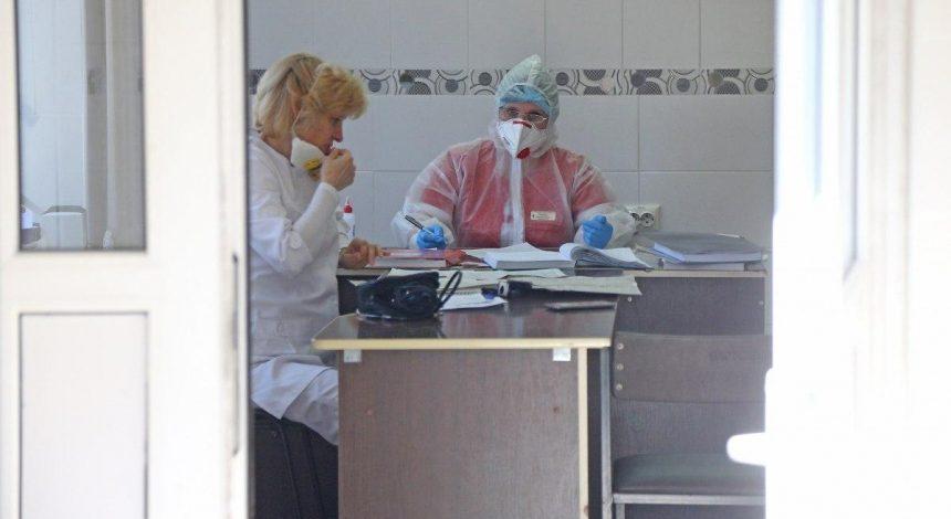 На Днепропетровщине в больницах для COVID-больных готовят дополнительные койки, реанимации переполнены, а люди штурмуют центры вакцинации (видео)