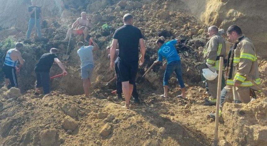 На пляже в Одесской области произошел оползень: под землей ищут людей (фото)