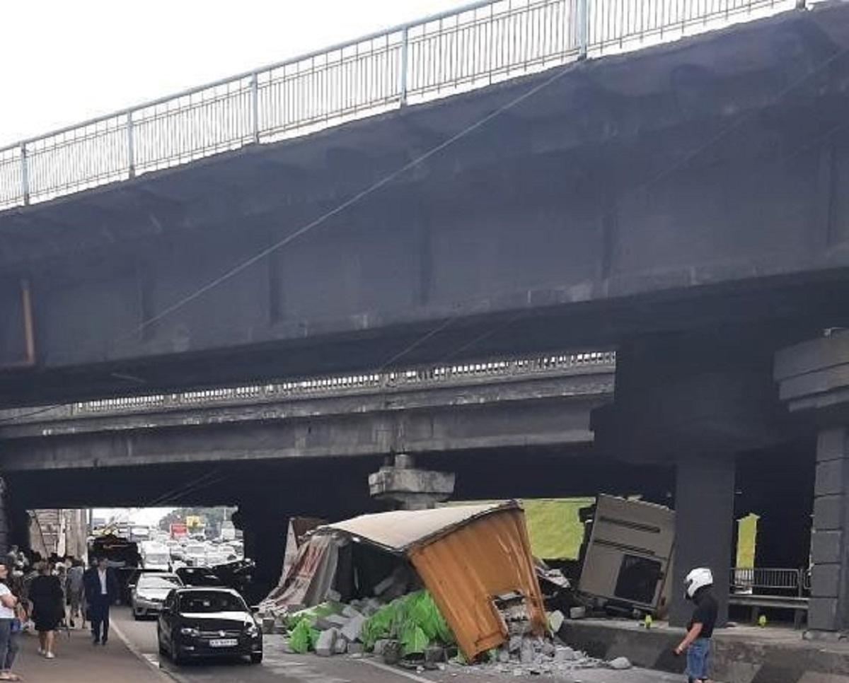 В аварии под путепроводом в Киевеесть пострадавшие / фото dtp.kiev.ua