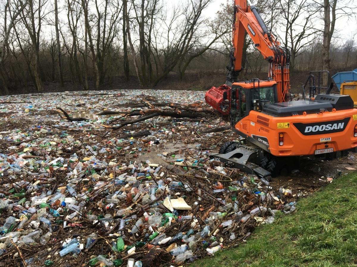 Попри те, що відбувається прибирання та очищення берегів, ліквідовуються незаконні звалища, це не розв'язує проблем / фото Віктора Бучинського