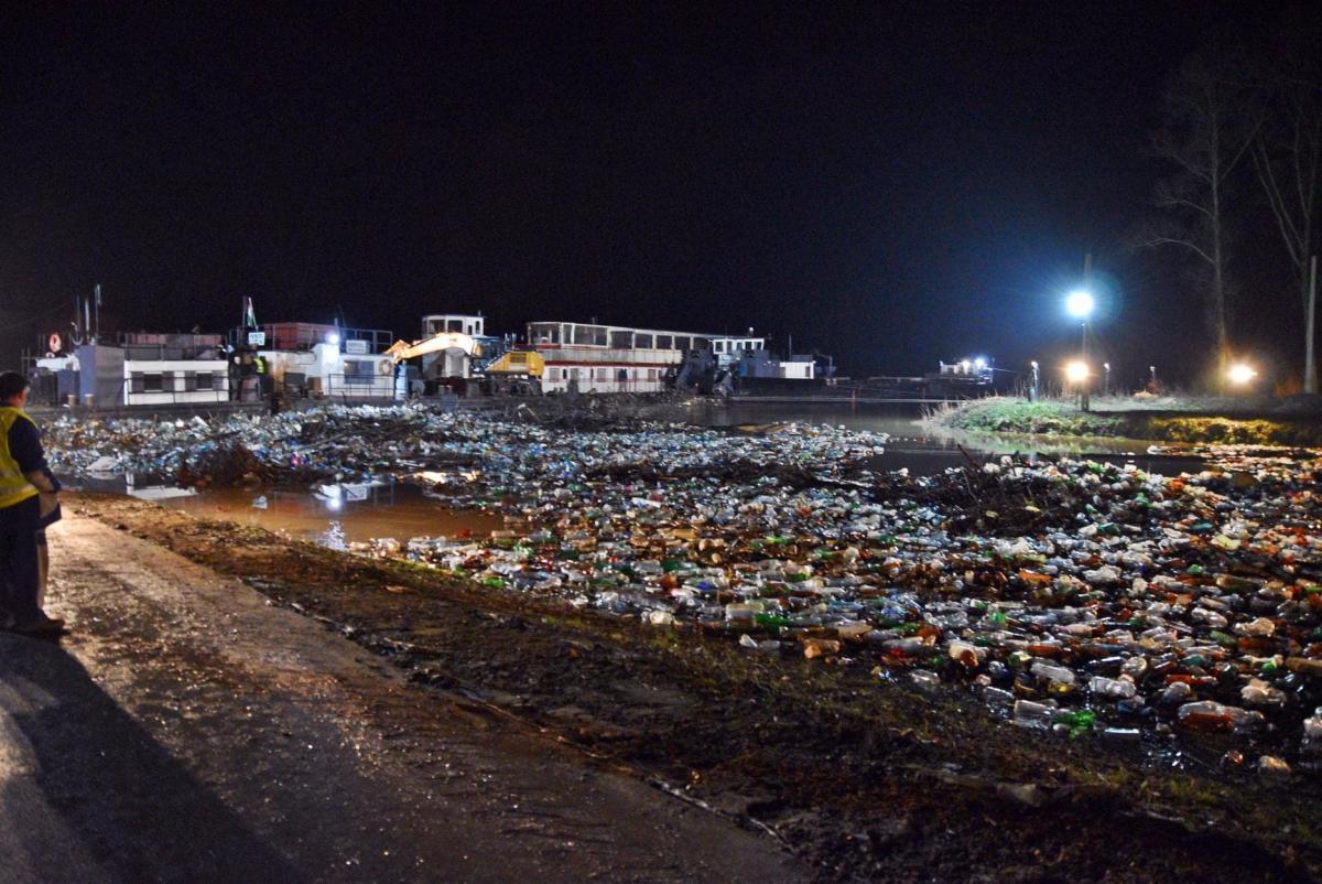 На думку екологів та громадських активістів, у вирішенні «сміттєвого питання» важливим гравцем повинна бути обласна влада / фото Віктора Бучинського