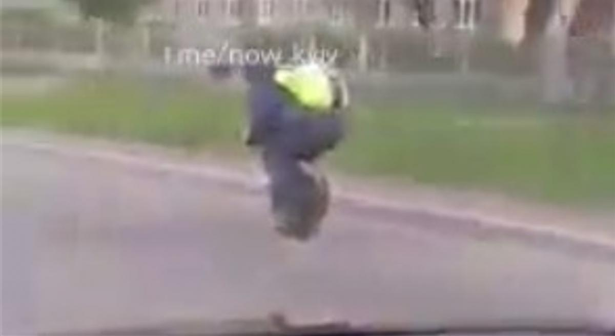 Мужчину заметили на бульваре Перова/ скриншот из видео