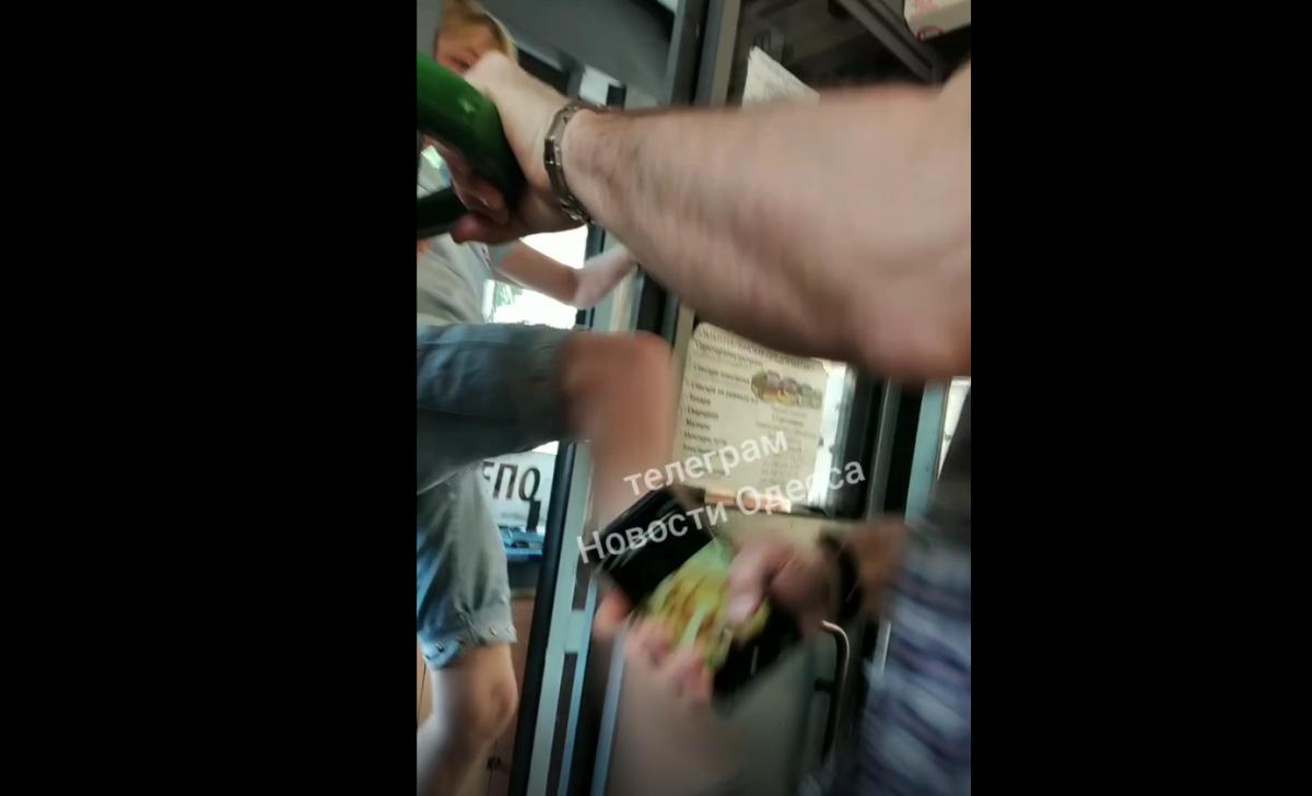 Пассажир напал на водителя троллейбуса, та отбивалась ногами/ скриншот