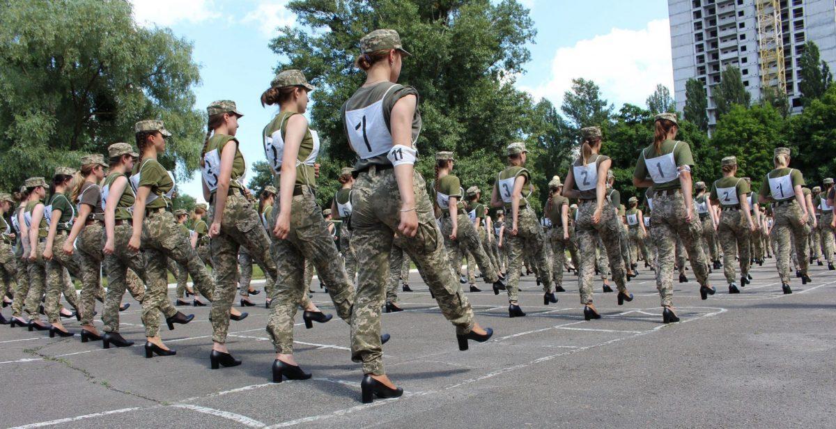 В сети разгорелся скандал вокруг участия женщин - военных в параде на каблуках вместо берцев / фото армия