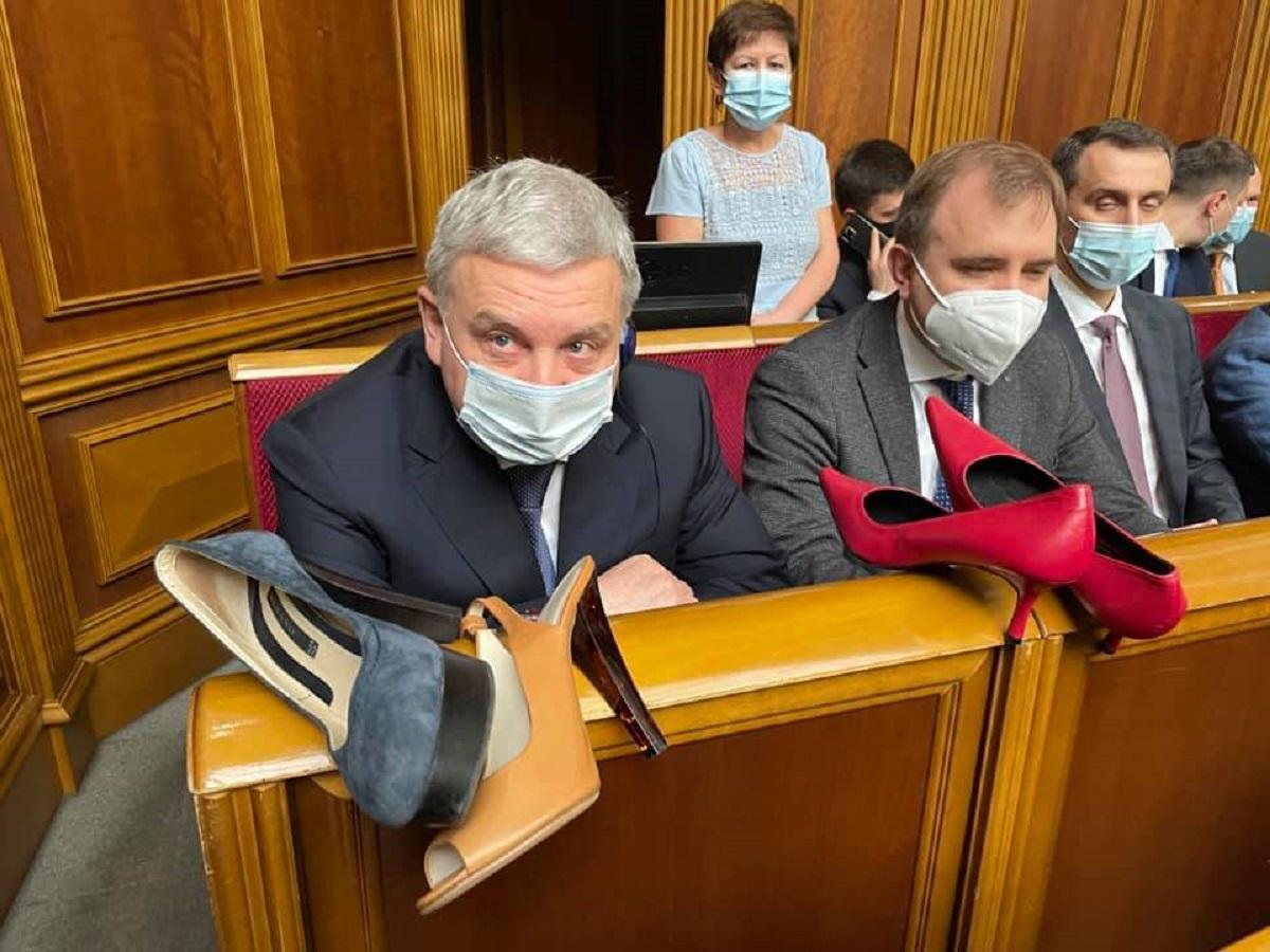 В президентской фракции акцию о туфлях для Тарана считают пиаром / facebook.com/iryna.gerashchenko