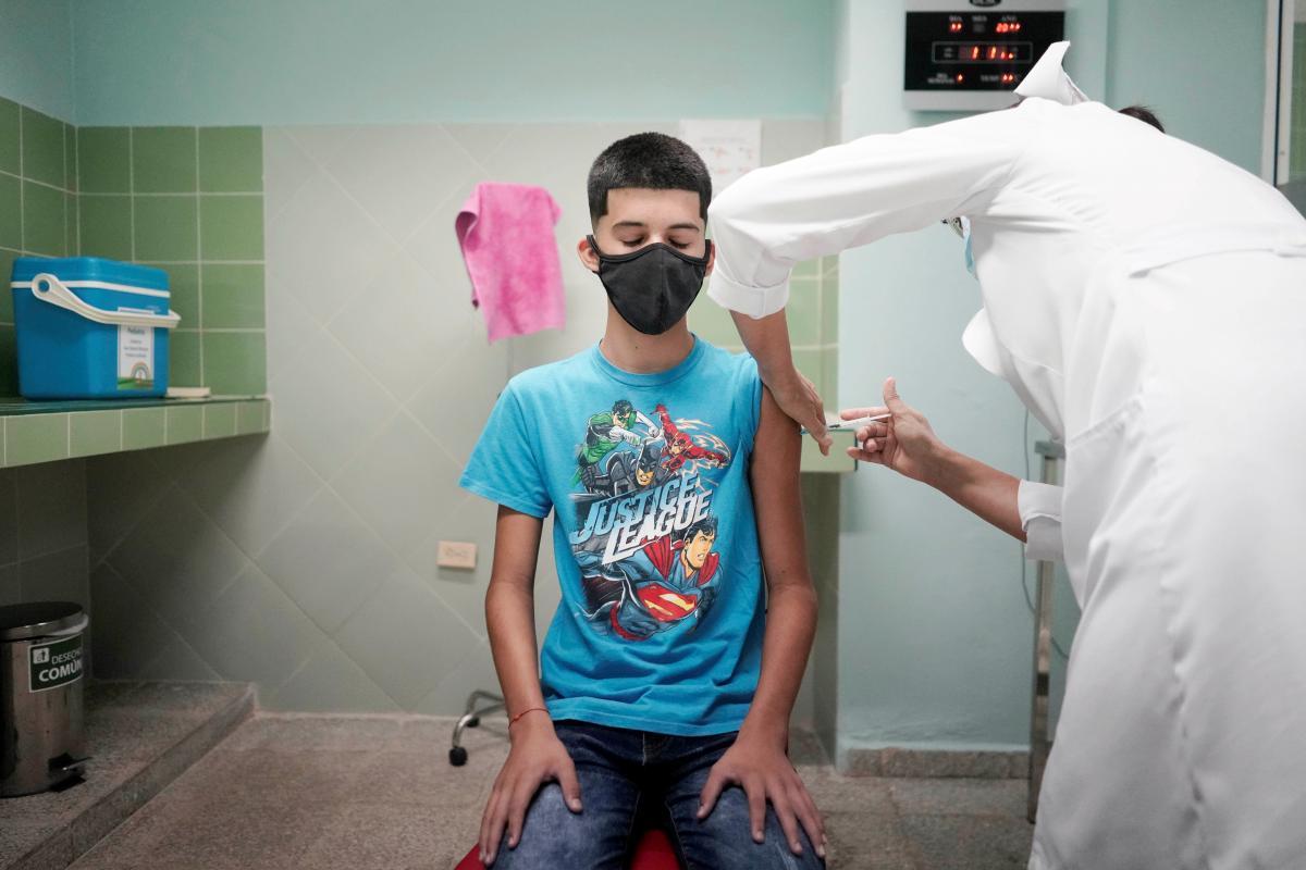 Только 33% родителей готовы поддержать введение в Украине вакцинации против COVID-19 детей в возрасте от 12-17 лет / фото REUTERS