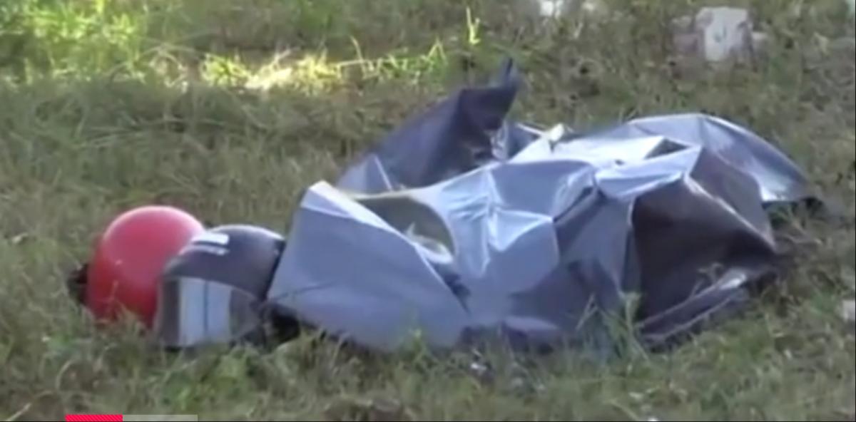 Медики положили живого мужчину в мешок для трупов/ скриншот из видео