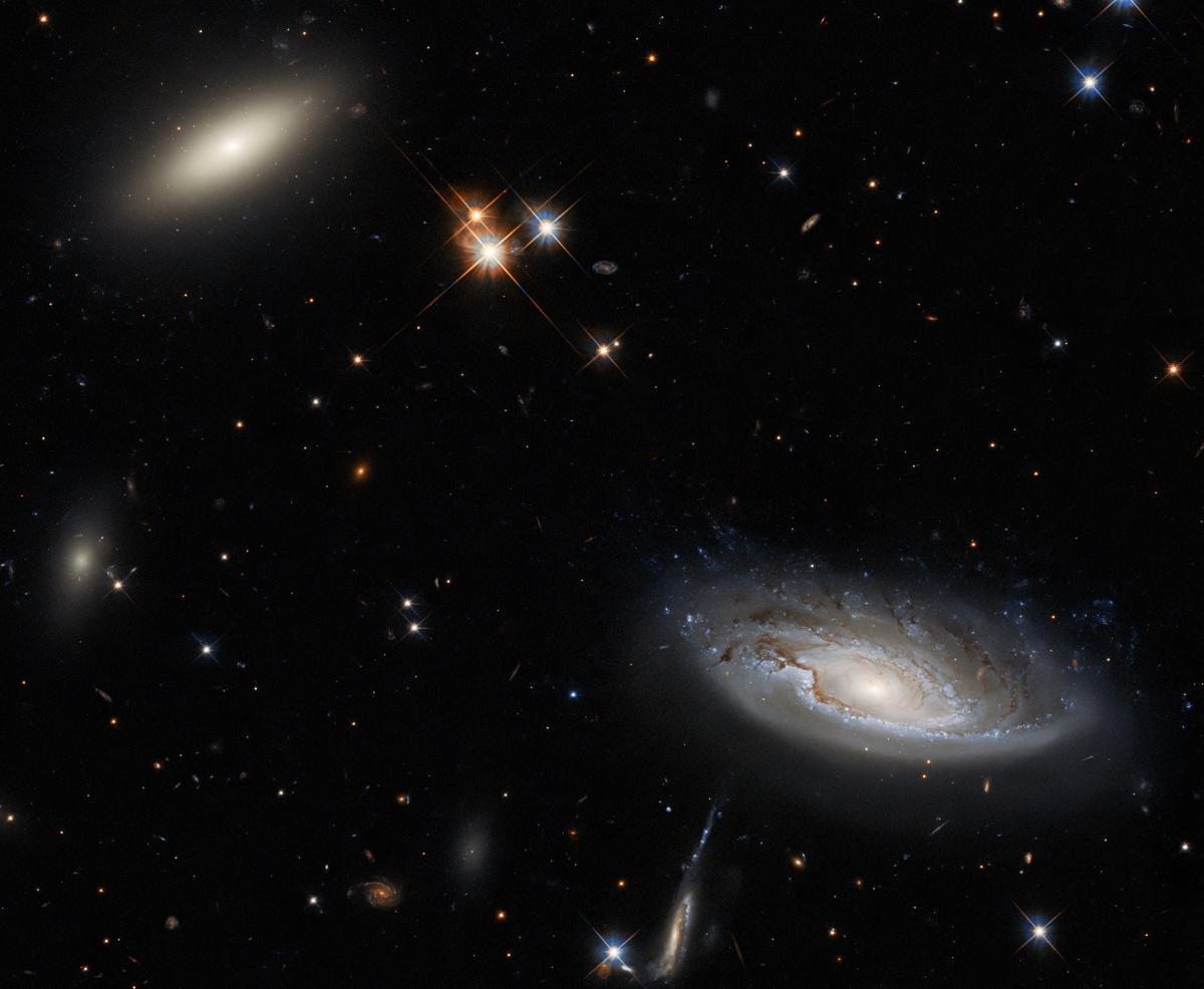 Слева на фото изображена линзовидная галактика, а справа - спиральная / фото ESA / Hubble & NASA, W. Harris