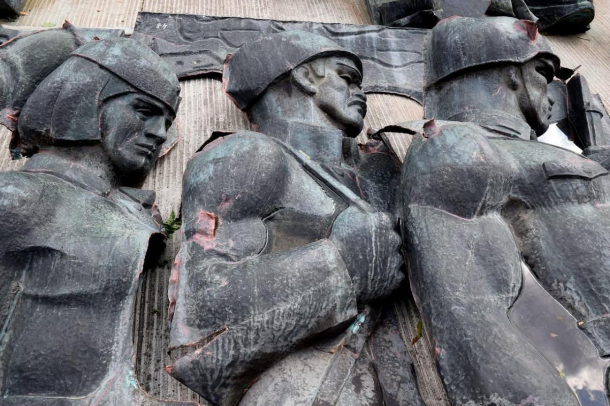 Почти все части демонтированного мемориала перенесли в музей «Территория террора» / фото Мирославы Бзикадзе