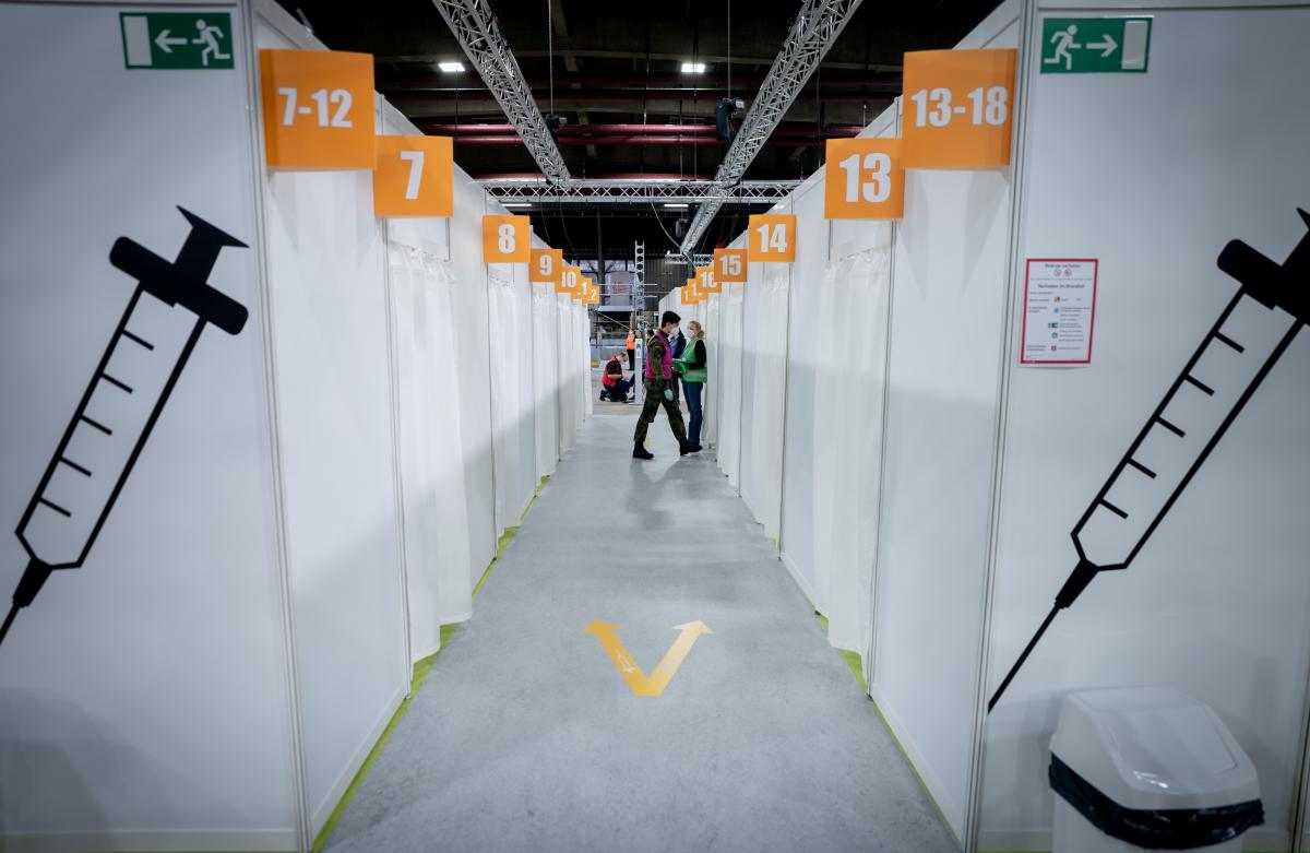 Половина населения Германии получила одну дозу вакцины от коронавируса / фото REUTERS
