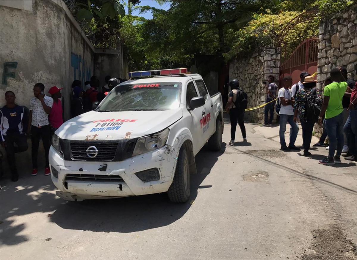Полиция не разрешает приближаться к резиденции президента \ фото REUTERS