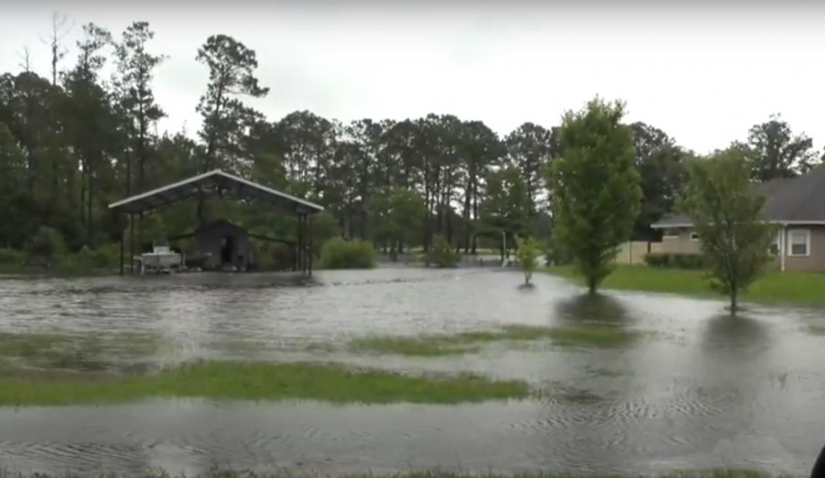 Тропический шторм обрушился на Флориду / скриншот видео