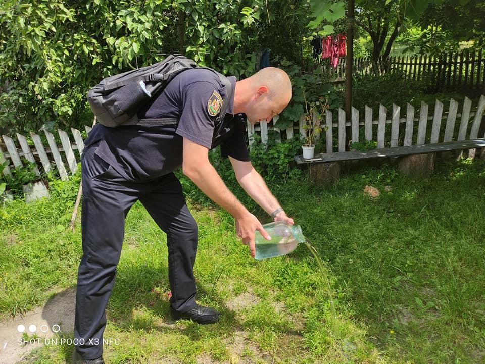 Правоохранитель взял и вылил самогон на лужайку / фото Коростенское районное управление полиции