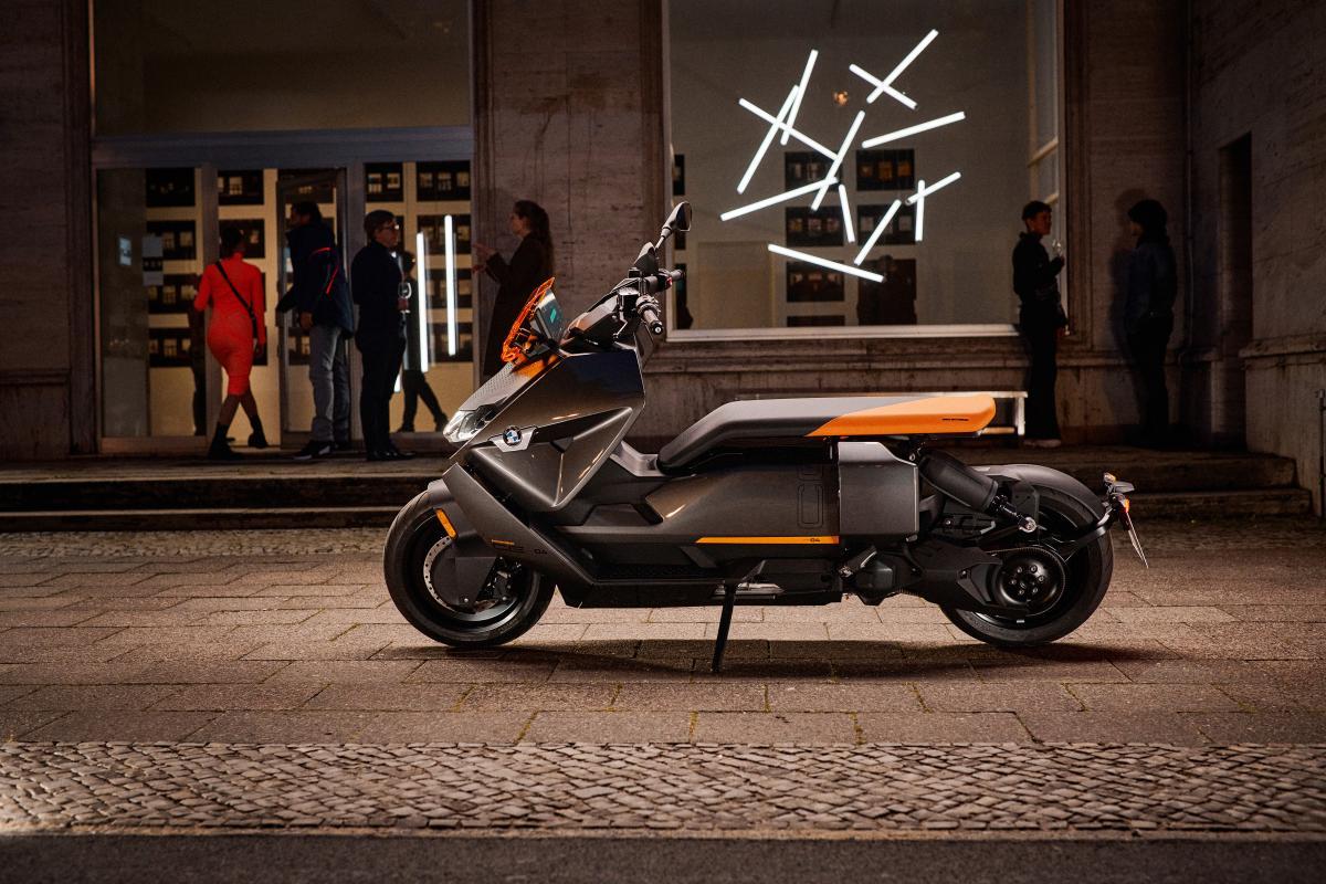 Представленный BMW электроскутер выглядит весьма футуристично / фото BMW