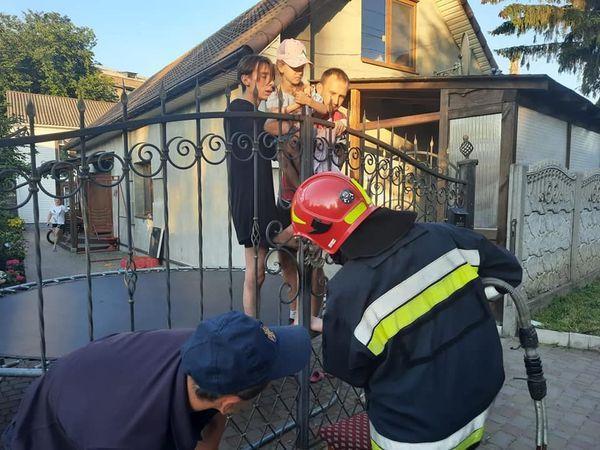 Ребенка увезли в больницу на машине скорой помощи / фото - rv.dsns.gov.ua