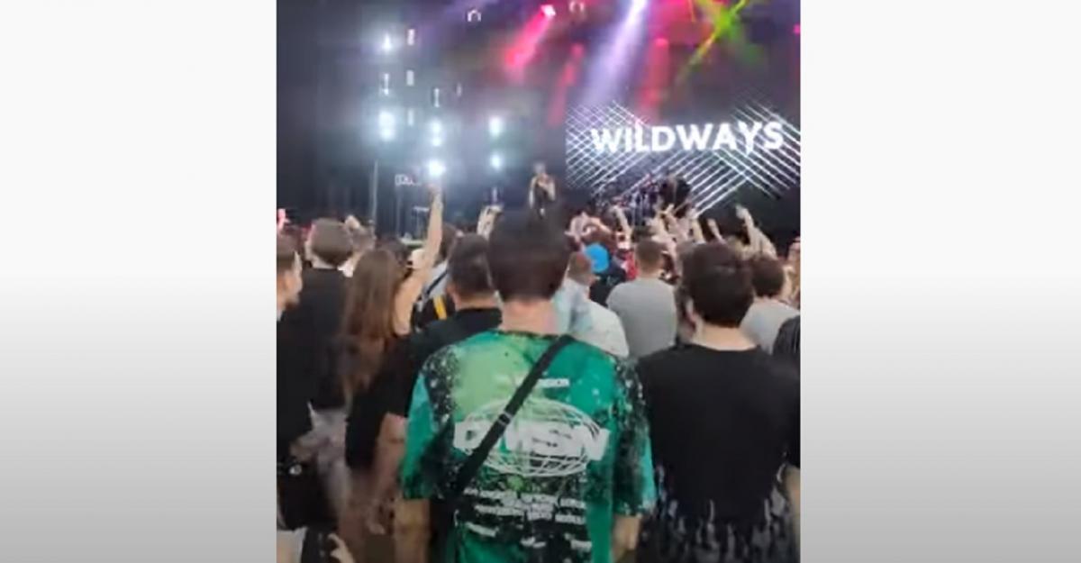 Участник группы кричалку украинцев проигнорировал / Скриншот