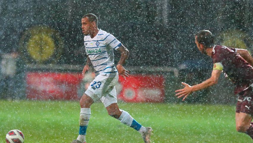 Командам довелося грати під дощем / фото Динамо Київ