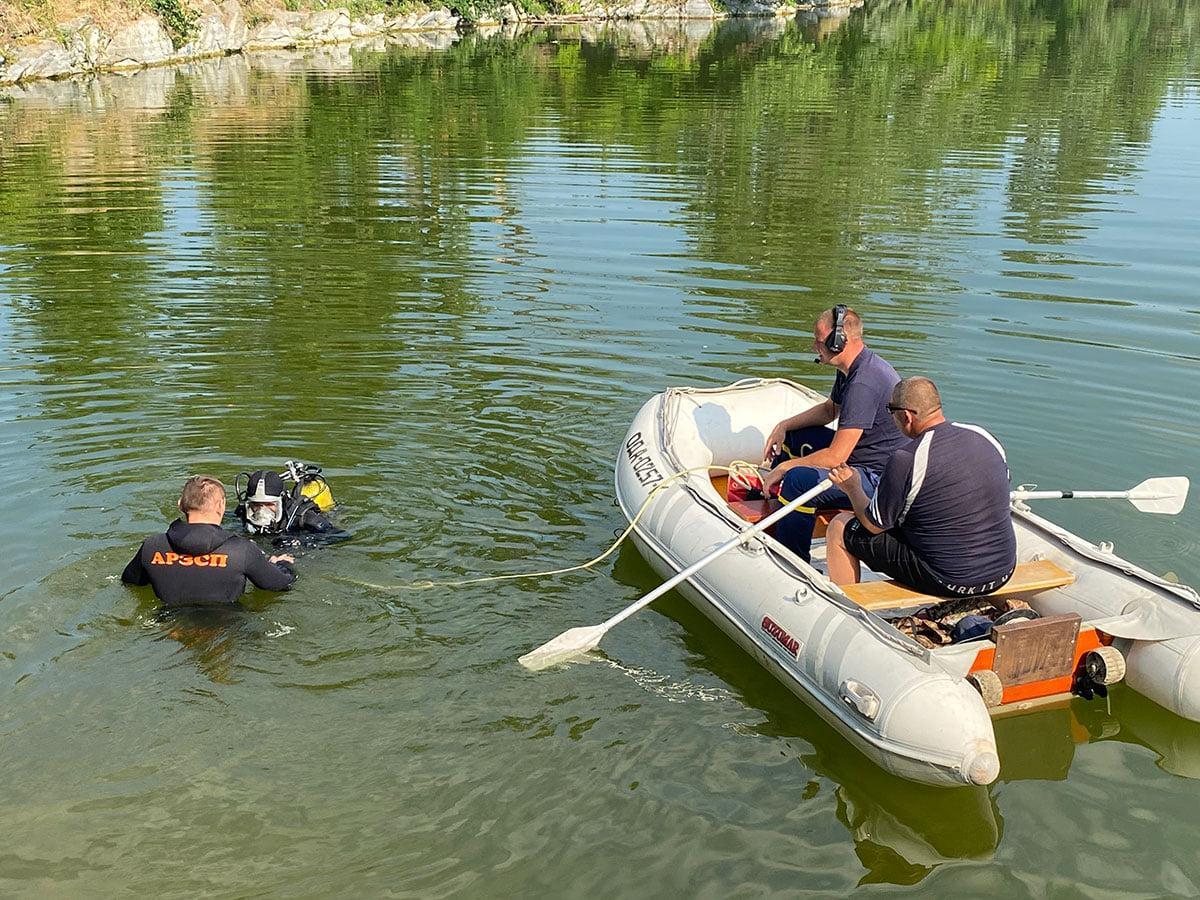 Тело парня нашли на дне озера / фото facebook.com/PoliceKremenchugregion