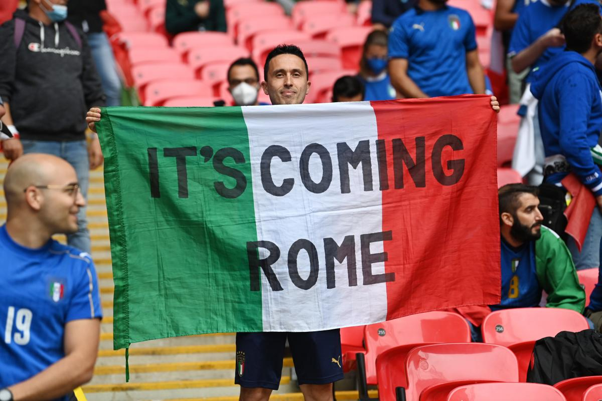 Вболівальник збірної Італії з банером Its coming Rome / фото REUTERS