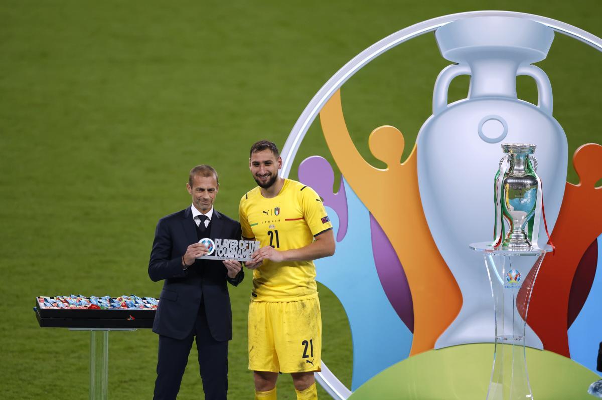 Президент УЕФА вручил награду Джиджи Доннарумме / фото REUTERS
