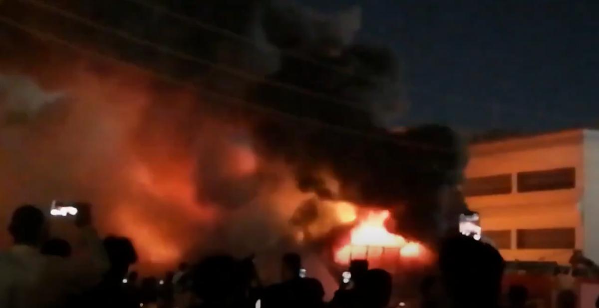 Спасатели контролируют пожар / Скриншот