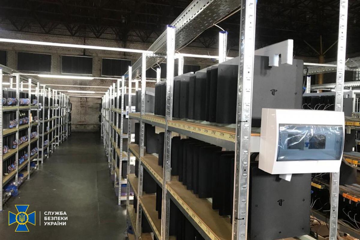 На фото видно PS4 с торчащими из дисковода дисками / фото ssu.gov.ua