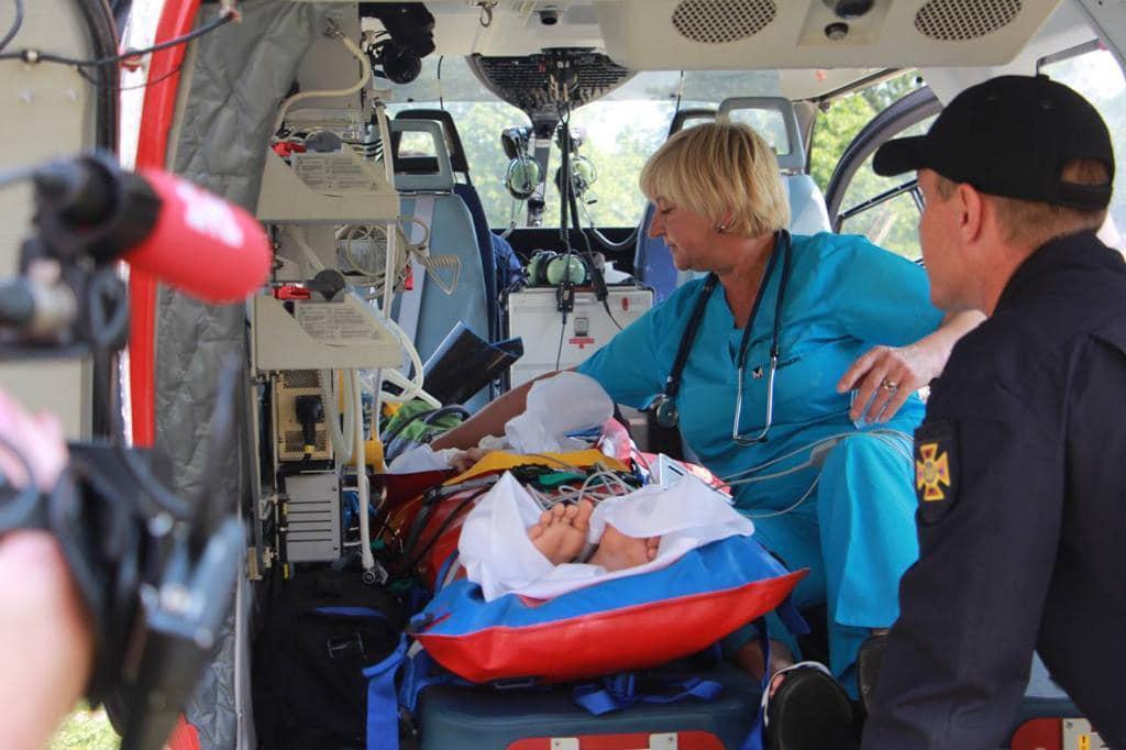 Ребенка со сложным огнестрельным ранением доставили в Киев / Facebook, Антон Геращенко