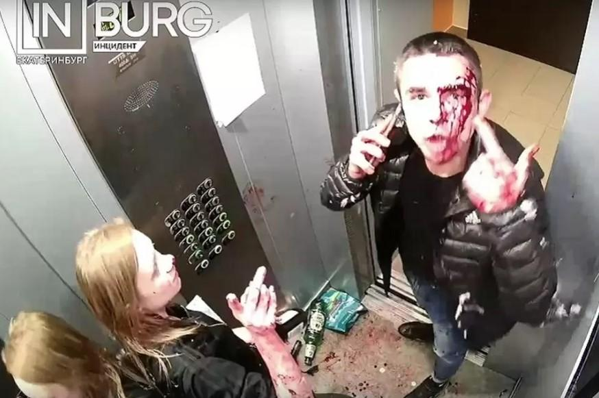 Мужчина с девушкой устроили в лифте кровавую бойню/ скриншот из видео