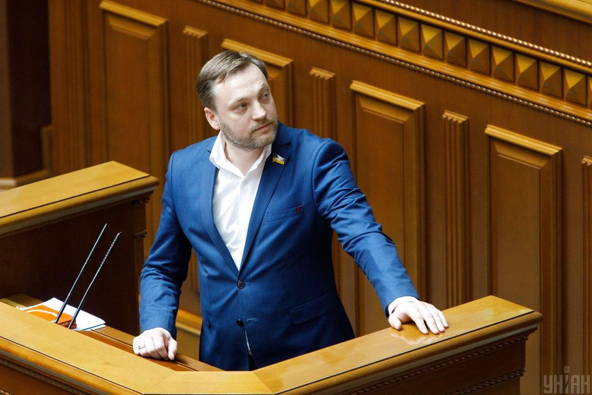 Монастырский подписал справку Киве / Фото УНИАН